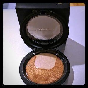 Mac skin finish Perfectly Poised